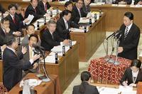 衆院予算委員会で答弁する鳩山由紀夫首相を遮って質問に立ち上がる自民党の加藤紘一元幹事長