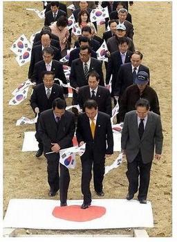韓国民団は日の丸を踏みつけて祝う。。。